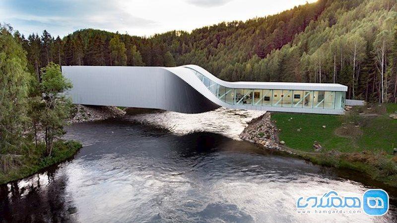 موزه ای با معماری مدرن، بر روی رودخانه