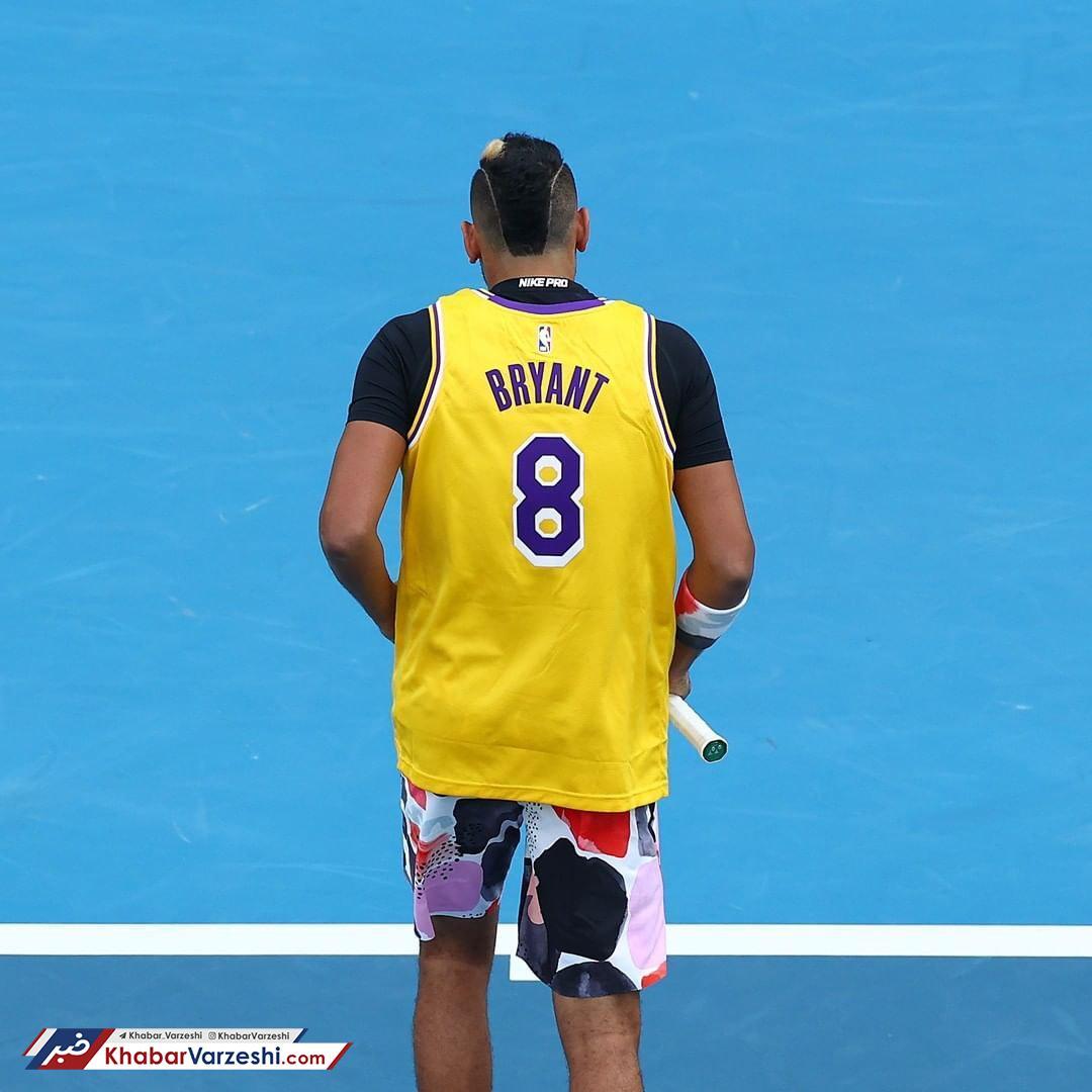 عکس  تنیسوری که با لباس برایانت مسابقه داد