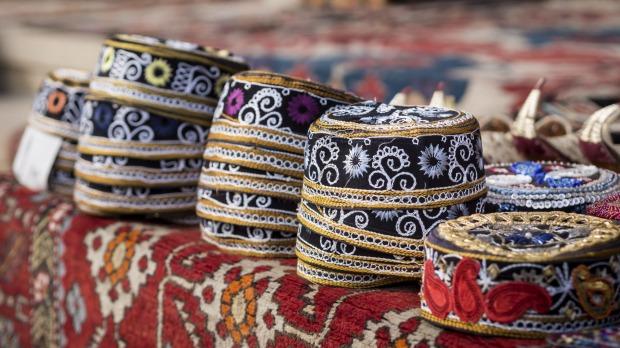 یکی از سوغاتی های کشور آذربایجان کلاه و روسری