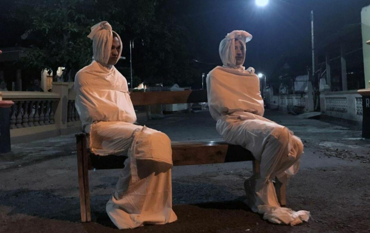 ترساندن مردم با دو کفنپوش در اندونزی! + عکس