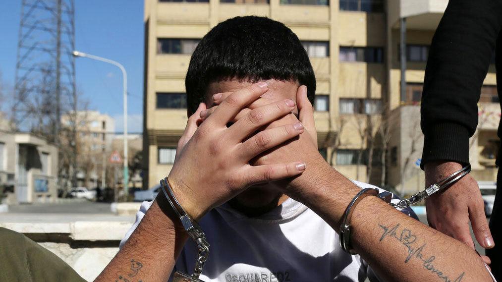 دستبند پلیس بر دستان سارقان حرفه ای در تهران
