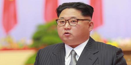 بازدید رهبر کره شمالی با ظاهری عجیب از تمرین واحدهایی از ارتش کره شمالی