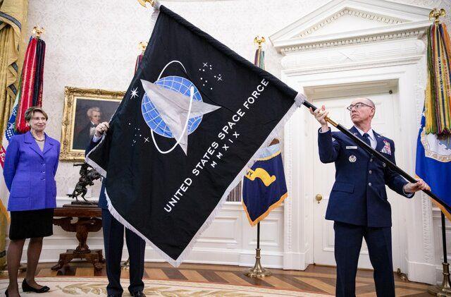 """درحضور """"دونالد ترامپ"""" از پرچم نیروی فضایی آمریکارونمایی شد"""