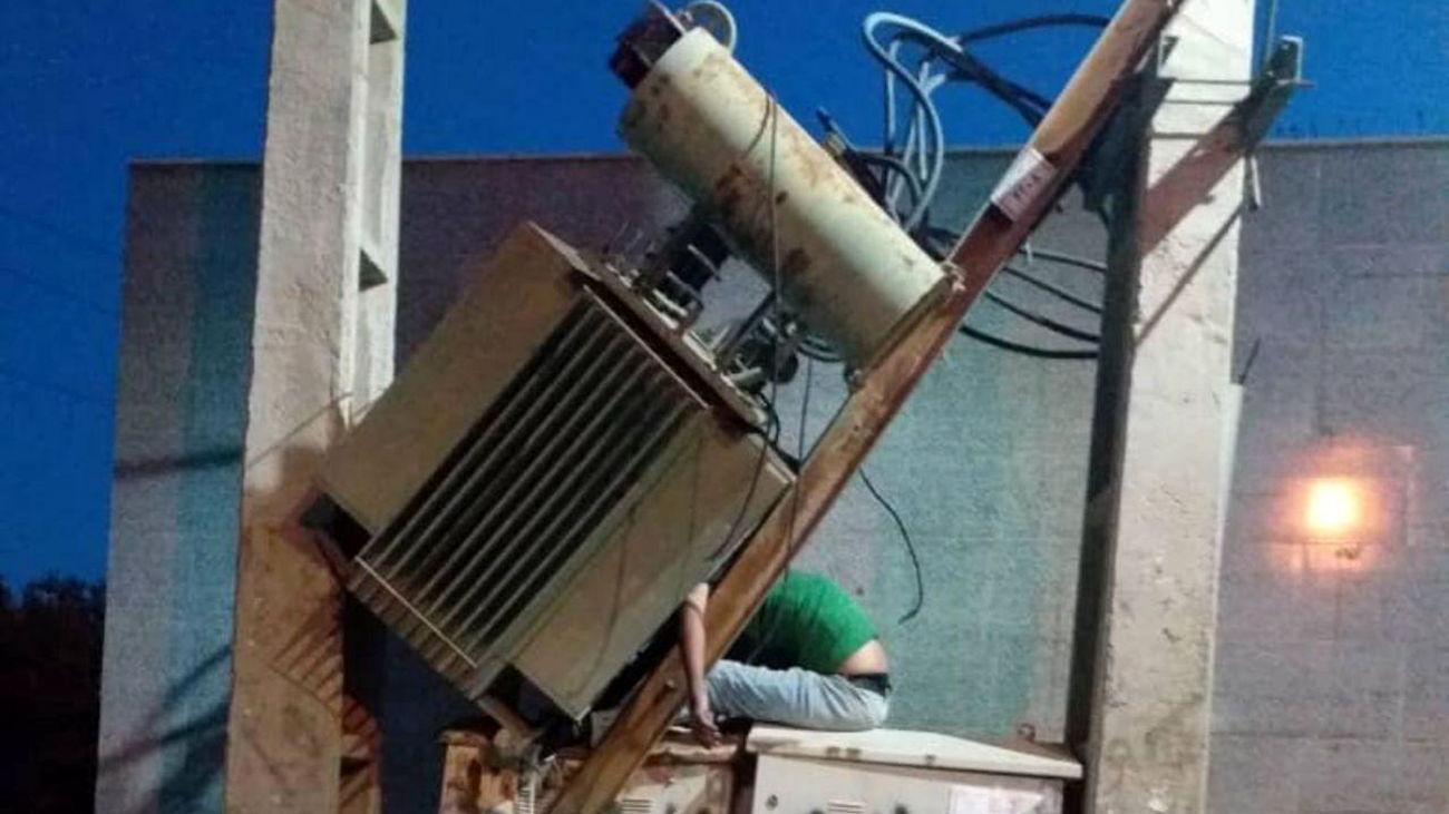 عکس وحشتناک از گیرافتادن سارق ترانس برق در گلستان