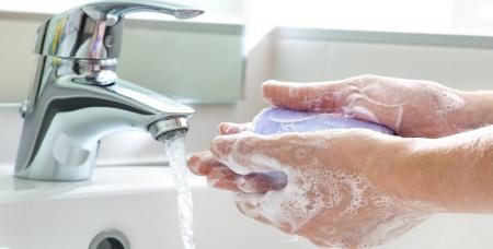 چه شوینده ای برای شستشوی دست استفاده کنیم تا آسیب کمتری به پوست وارد شود؟