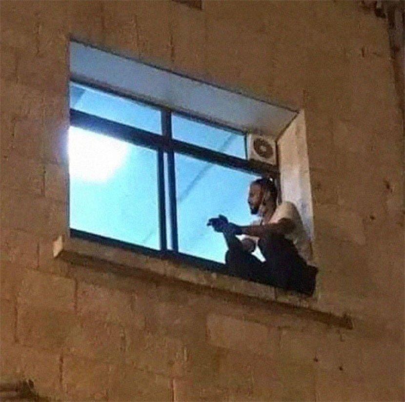 از دیوار بیمارستان بالا رفتن برای دیدن مادر مبتلا به کرونا! + عکس