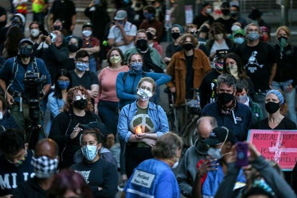 شلیک پلیس محافظ ترامپ به صورت یک معترض +فیلم