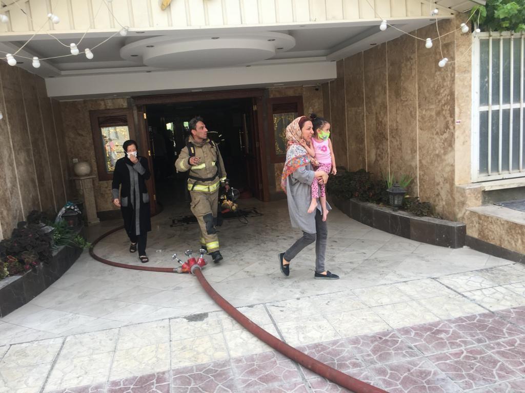 وحشت در مجتمع مسکونی شهرک شهید بهشتی در بابایی / آتش سوزی ۷ صبح رخ داد + عکس ها