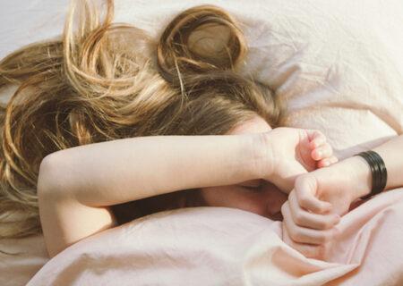 خوابیدن با موی خیس و مشکلاتی که برایتان پیش می آورد