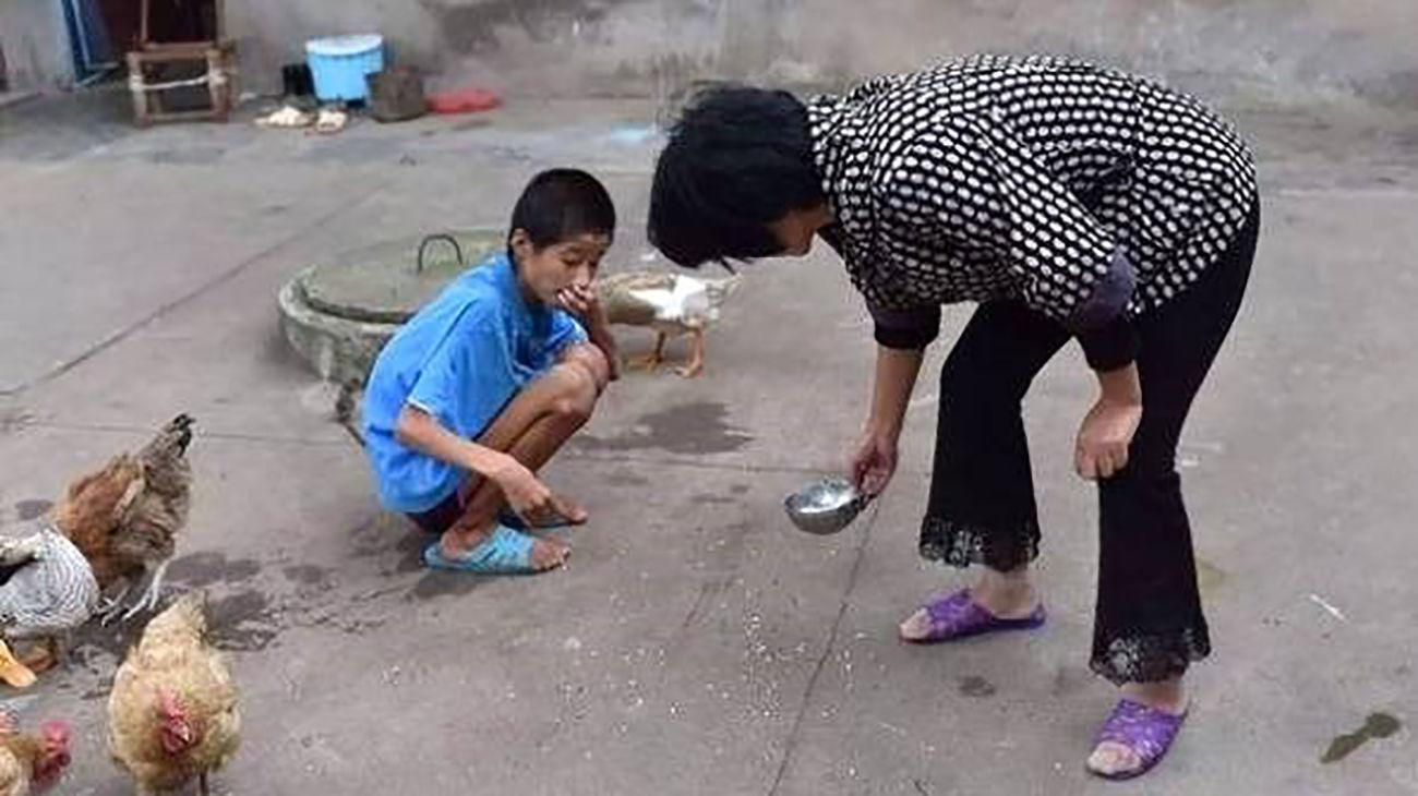 این پسر ۱۰ ساله مثل حیوانات خانگی در قل و زنجیر است !+عکس / چین