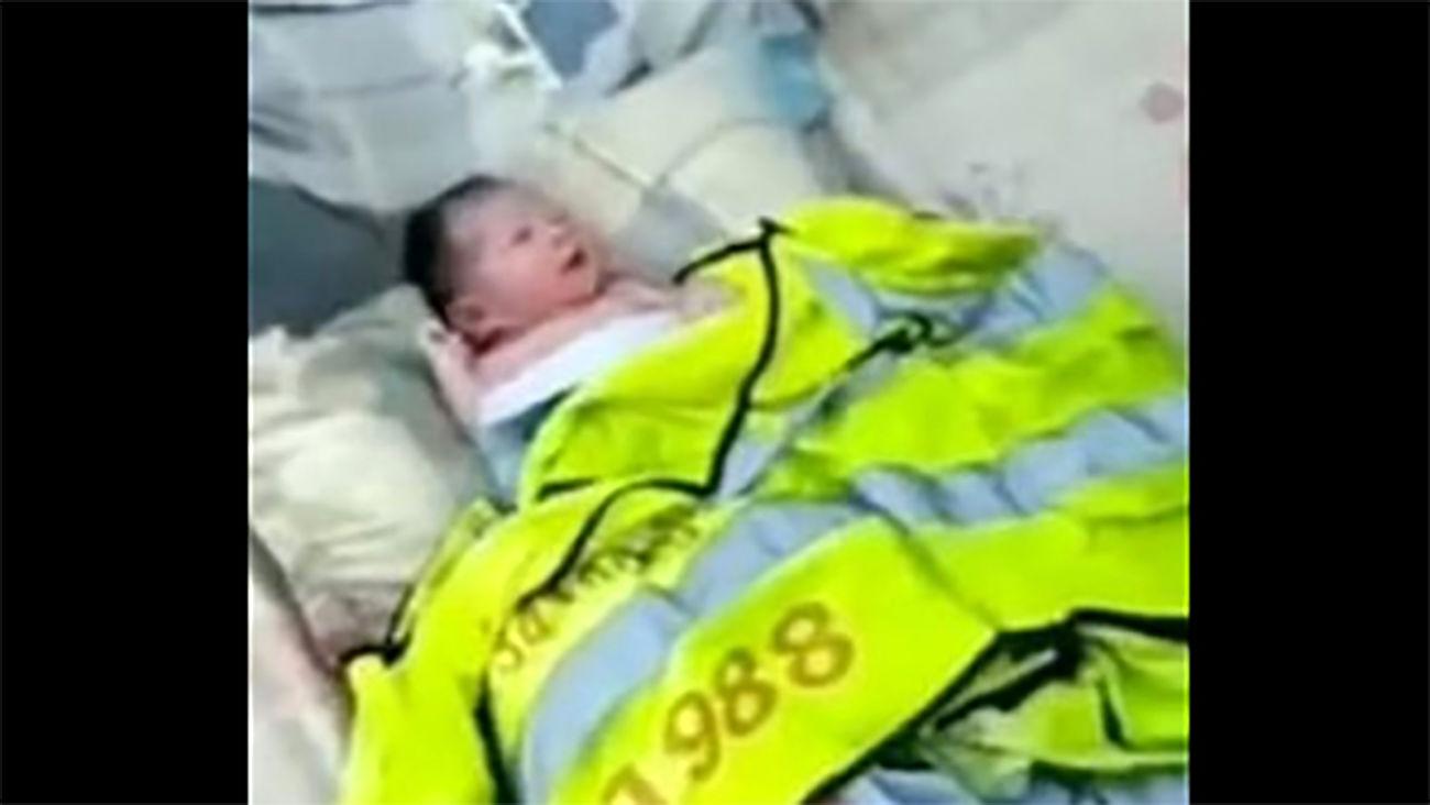 پیدا شدن بدن نیمه جان نوزاد دختر در سطل زباله / در چین ر خ داد + عکس