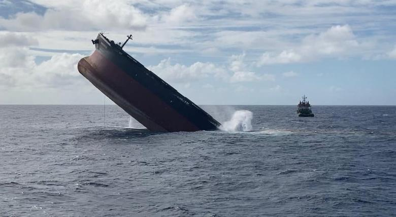 لحظات غرق شدن نفتکش ژاپنی + عکس