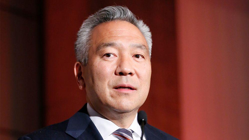 کرک همچنین در سال ۲۰۱۳ و ۲۰۱۴ با «کِوین سوجیهارا» مدیرعامل سابق کمپانی برادران وارنر، رابطه خارج از ازدواج داشته است.