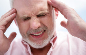 سردرد های دائمی یکی از نشانه های اصلی تومور مغزی