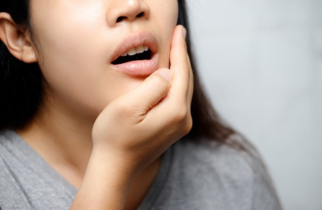 درمان خانگی درد لثه، از آب نمک تا مرهم گیاهی