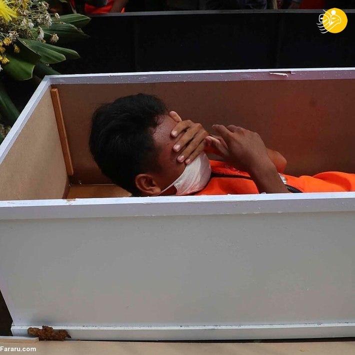 خوابیدن در تابوت؛ مجازات کسانی که ماسک نمیزنند + عکس