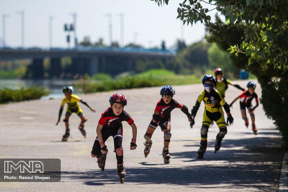 رقابت و هیجان در مسابقات اسکیت نوجوانان + عکس