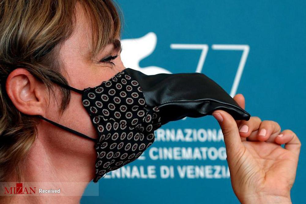 ماسک منقاردار شبیه به دوران شیوع طاعون! + عکس