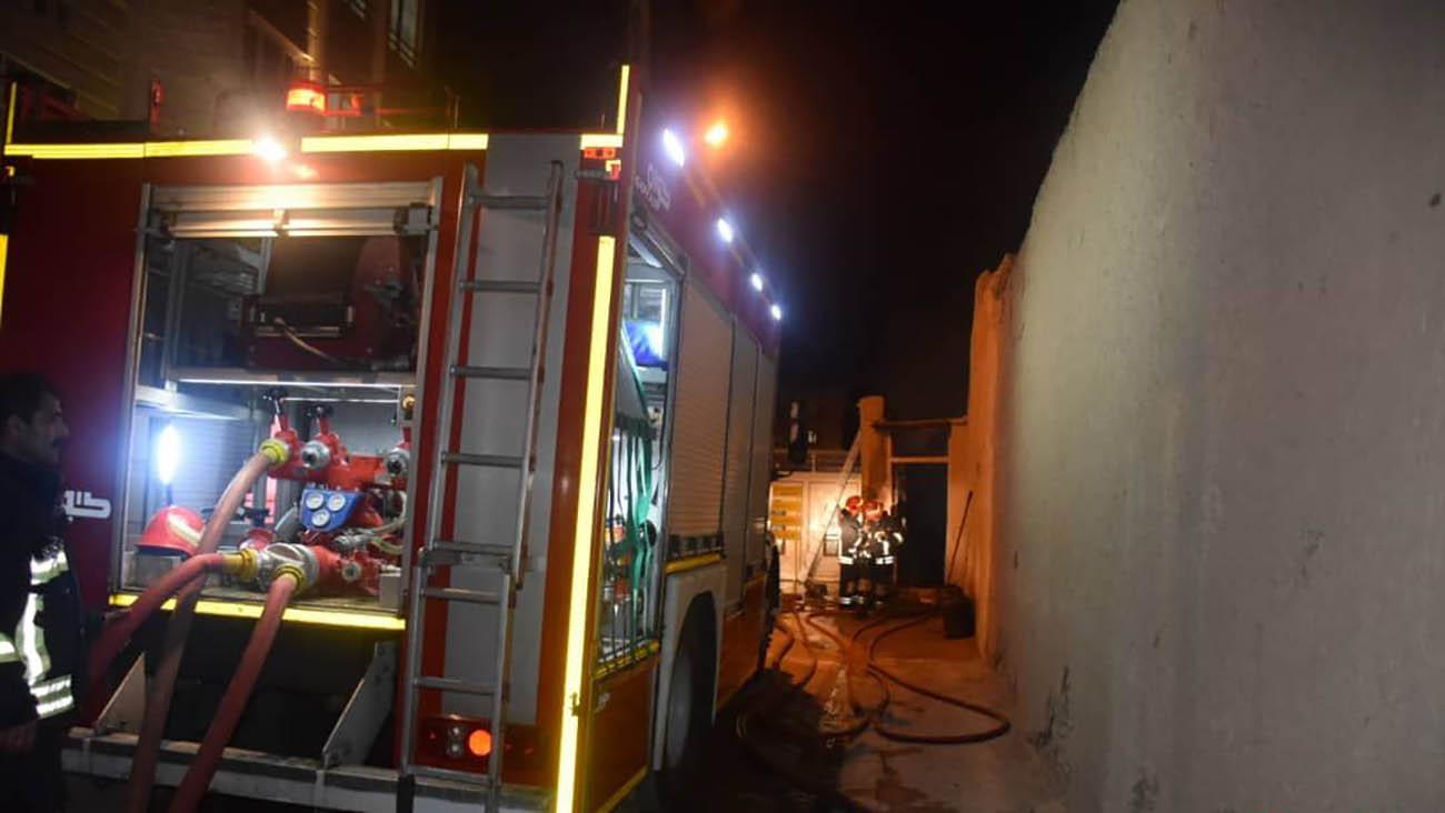 مهار آتش سوزی انبار ضایعاتی در شاهرود + عکس