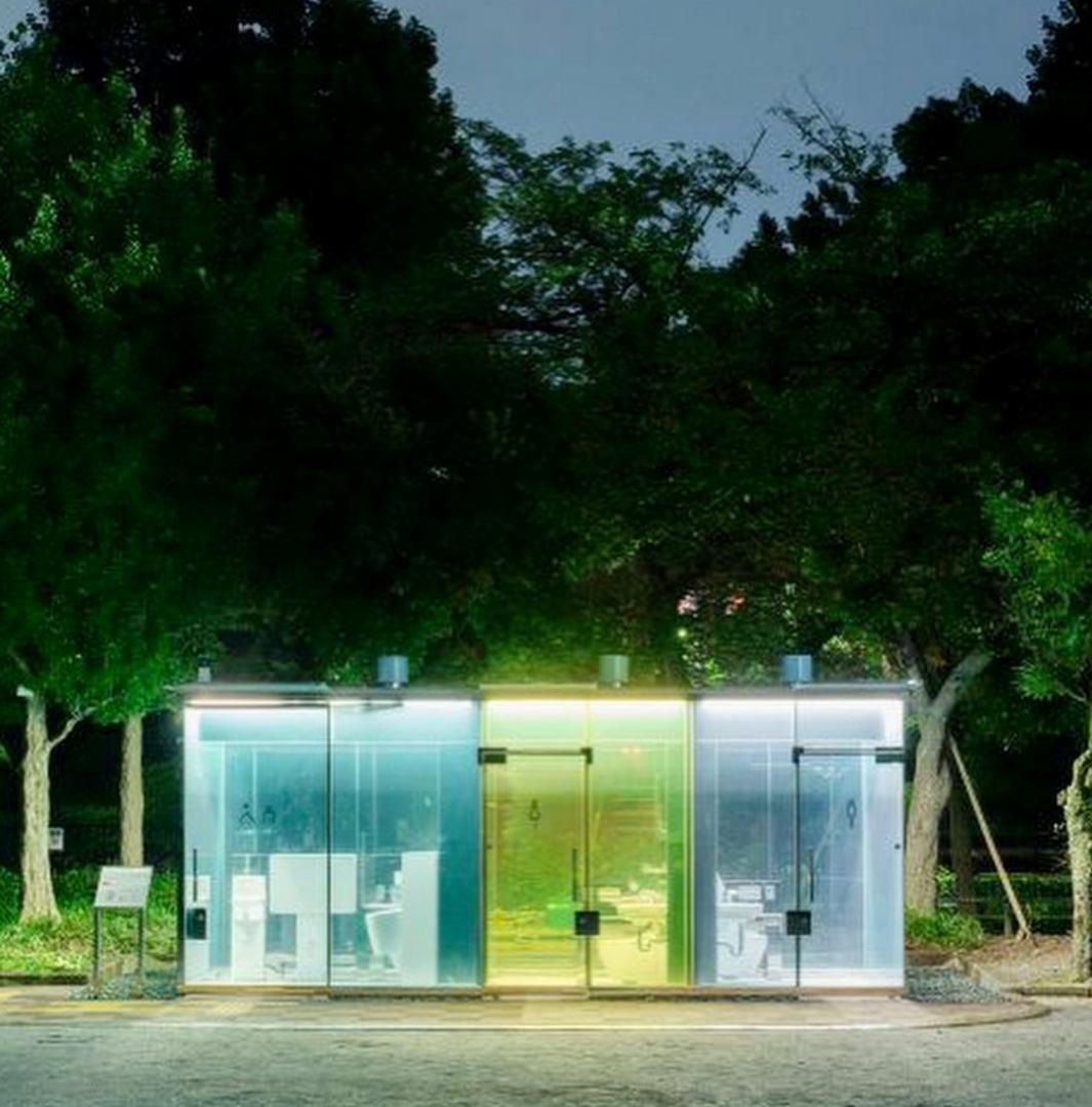 چرا در ژاپن توالت پارک ها را با شیشه های شفاف می سازند؟ + عکس