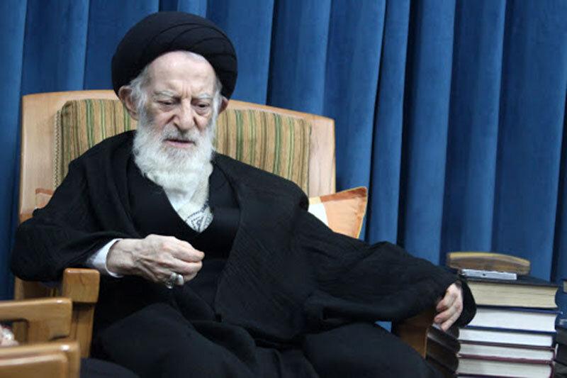 کسی که بر پیکر مرحوم آیتالله صانعی نماز میخواند+ عکس