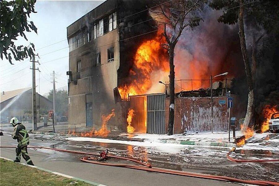 علت آتشسوزی در کارخانه میهن چه بود؟ / کمک ۲۰۰ آتشنشان از ۱۰ شهر برای مهار آتش