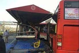 تصادف شدید بی ام و با ایستگاه اتوبوس در خیابان ولیعصر تهران