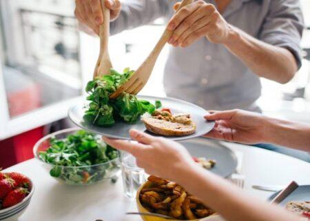 چند غذایی که اگر بماند نباید بخورید چون باعث بیماری می شود