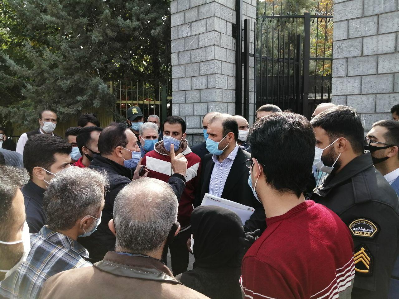 رئیس سازمان بورس برای پاسخگویی به میان تجمعکنندگان بورس رفت