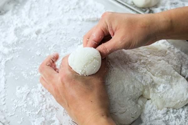 طرز تهیه موچی(کیک برنجی) : خمیر آرد برنج را به خوبی ورز میدهیم