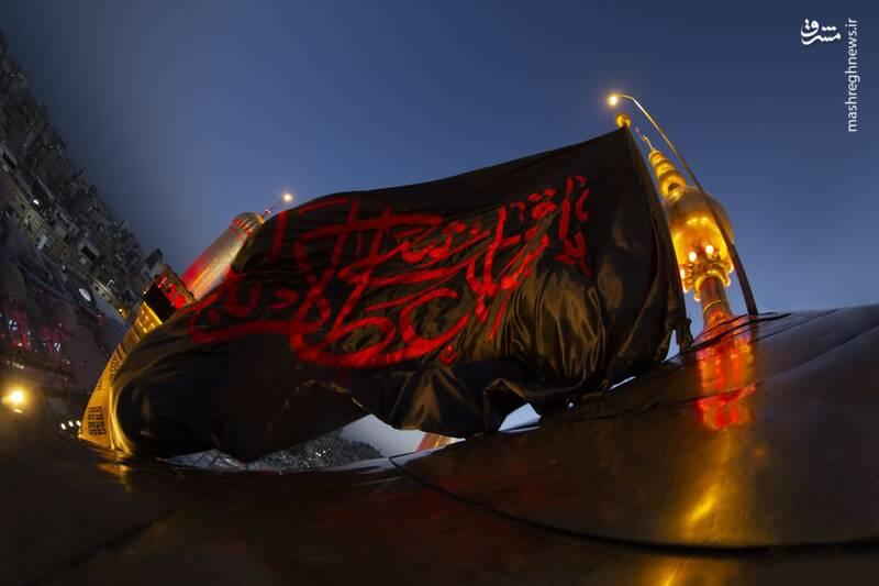 طولانیترین پرچم حشدالشعبی بر دوش زائران اربعین