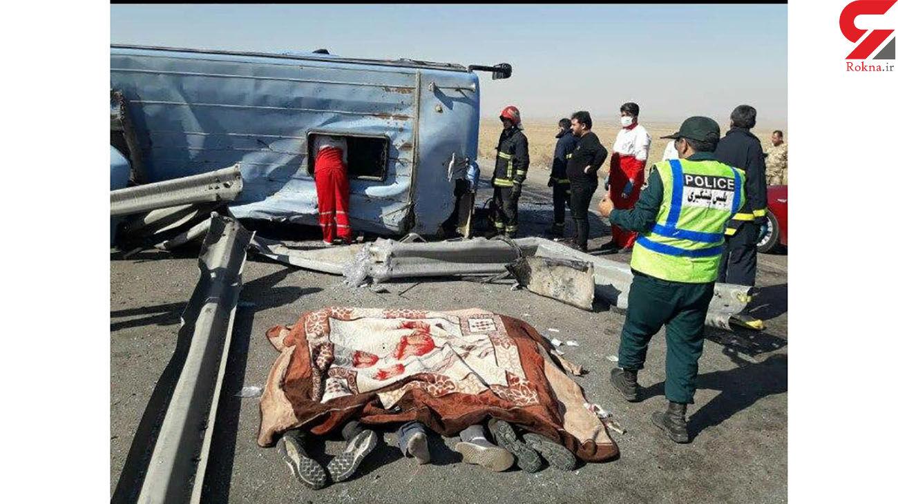 عکس تکاندهنده ۳ جنازه در واژگونی مرگبار اتوبوس / در اتوبان کاشان _زاهدان رخ داد