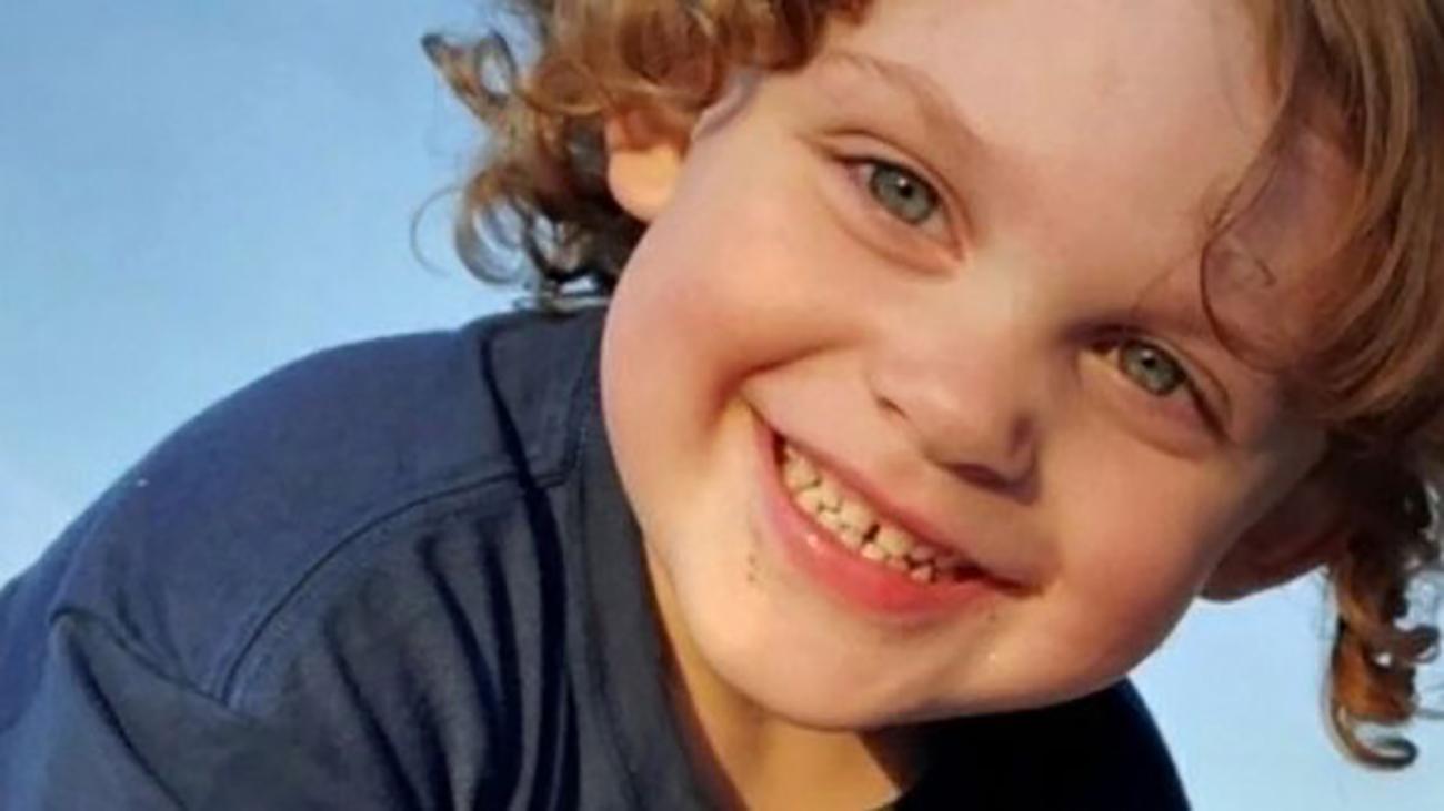 پسر بچه ۳ ساله مقابل چشمان مادرش به سر خود شلیک کرد + عکس