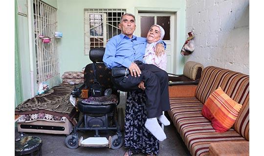پیرزن عاشق پیشه دوش کش شوهر فلجش+ عکس های باورنکردنی