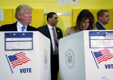 نگاه دزدکی ترامپ به برگه رای همسرش +عکس/انتخابات ریاست جمهوری
