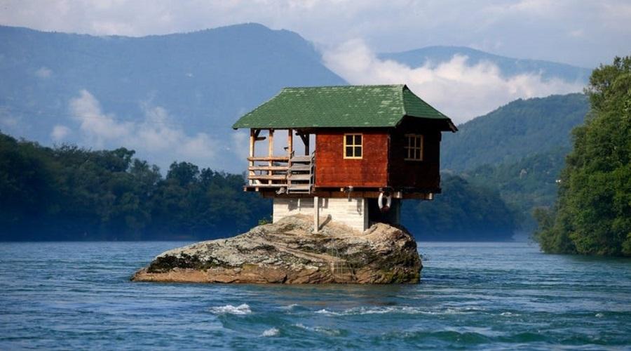 عجیبترین خانههای جهان/ از قله کوه تا وسط جاده