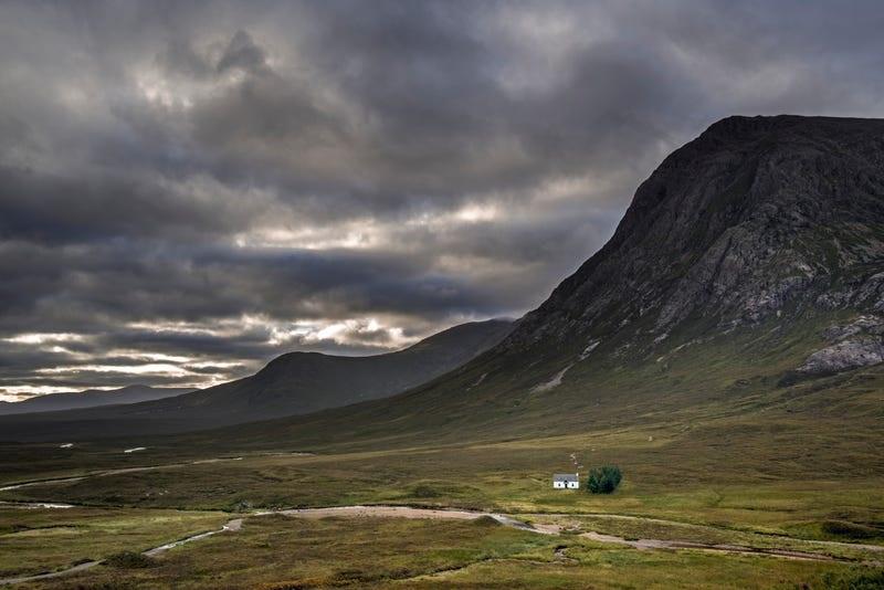 عجیبترین خانههای جهان؛ از قله کوه تا وسط جاده