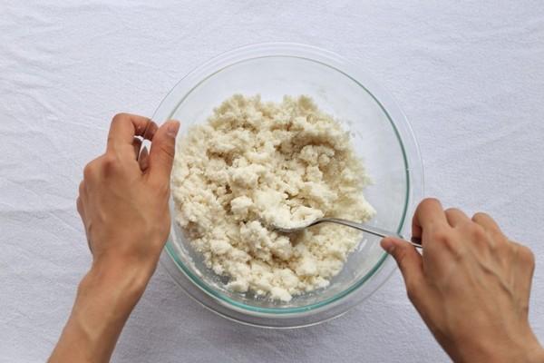 کیک برنجی با مغز توت فرنگی آرد برنج و شکر و نمک