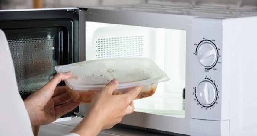 ظرف را با نایلونی پوشانده و به مدت یک دقیقه در ماکرویو قرار میدهیم