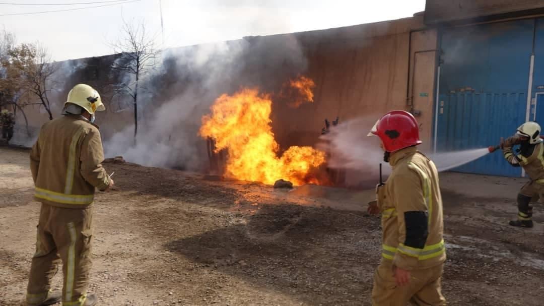 آتش سوزی هولناک در کارگاه تولیدی در جاده ورامین + عکس ها