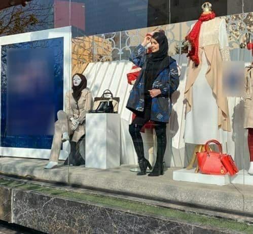 حضور  خانم مانکن زنده در ویترین فروشگاه /  مشهد ! + عکس