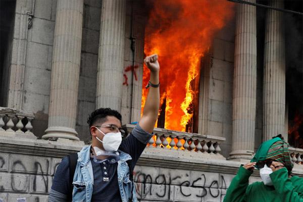 حمله مردم معترض به کنگره گواتمالا (عکس)