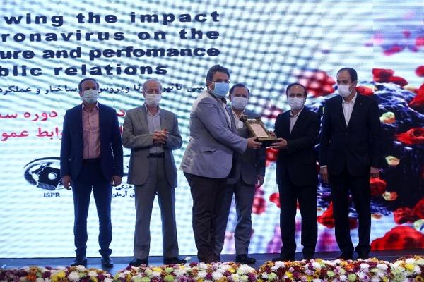 دریافت نشان روابط عمومی برتر توسط مهندس عظیمی مدیر روابط عمومی شرکت دخانیات ایران