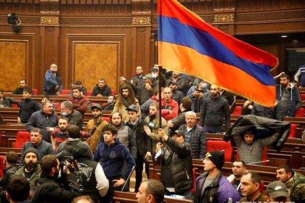 در اعتراض به صلح قرهباغ؛ پارلمان ارمنستان به دست معترضان افتاد