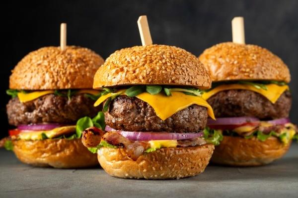نگاهی به تاریخچه همبرگر، غذای محبوب آمریکایی که جهانی شد!