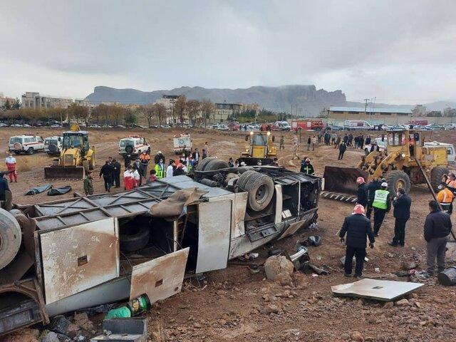 واژگونی اتوبوس کارکنان پالایشگاه اصفهان با ۴ کشته و ۱۷ مصدوم + عکس