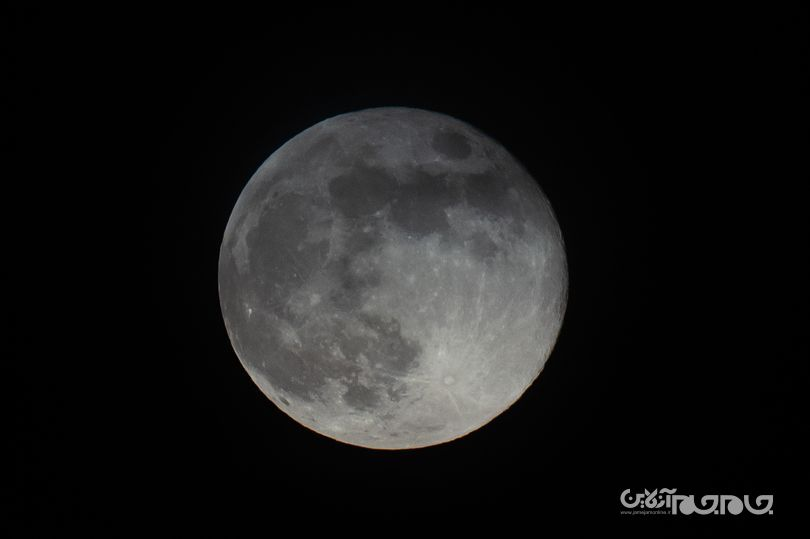 پیدا شدن آب روی سطح ماه در مقادیری بسیار بیشتر از آنچه تاکنون تصور می شد+عکس