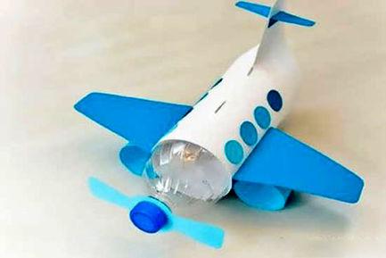 یک هواپیمای کوچک با بطری آب