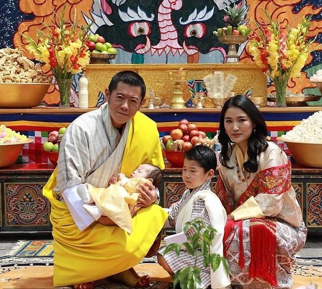 پادشاه جیگمه خسار و ملکه جتسون پما همراه با دو پسرشان