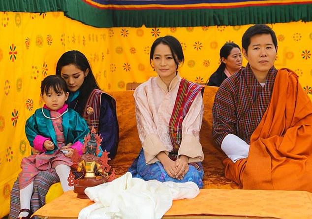 ملکه بوتان ، جتسون پما، با خواهرش یتسو لامو و شوهرش شاهزاده جیگمه دورجی وانگچوک که برادر کوچکتر پادشاه است